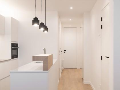 studiomas interieurprojecten, totaal renovatie, keuken, keukeneiland, wit, zwart, ontwerp, Xinnix deuren, the Doors Brugge, Axor Uno, Facq badkamer, archdaily, indirecte verlichting, appartement, Middelkerke