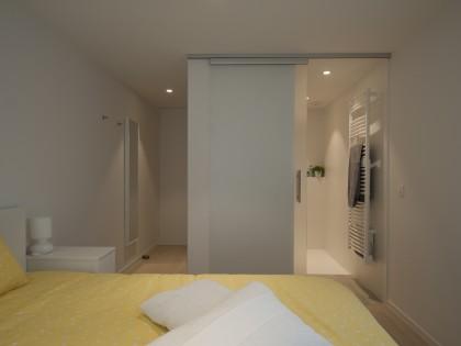 totaal renovatie van appartement te Nieuwpoort,  ontwerp maatwerk, greeploze keuken, corian, parket, houten lamellen, studiomas
